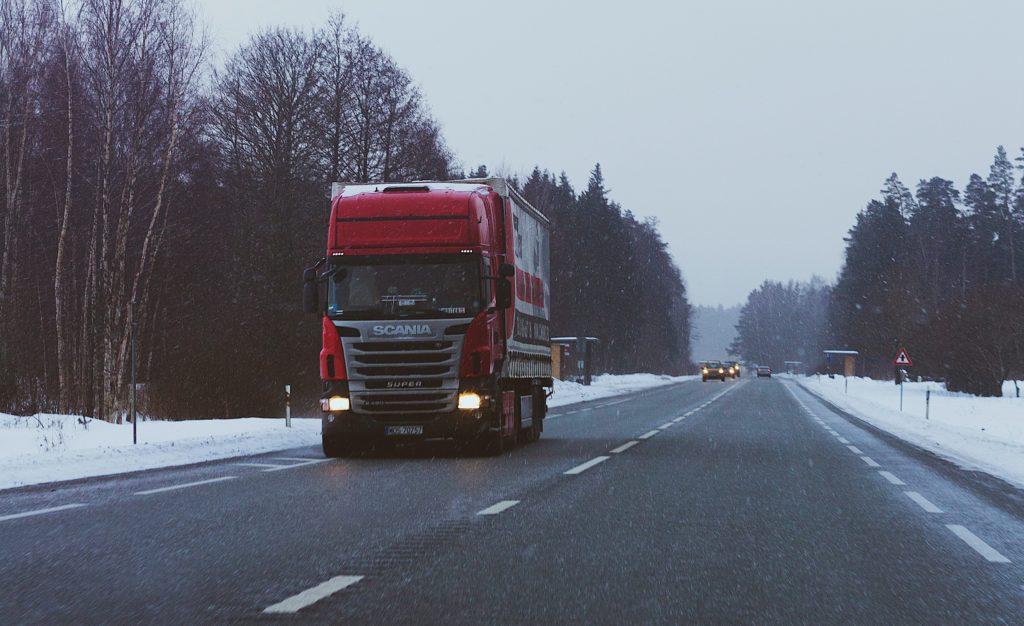 Ciężarówka na drodze scania